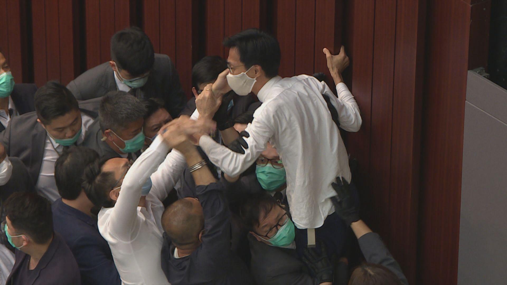 警拘7人涉五月內會違特權法
