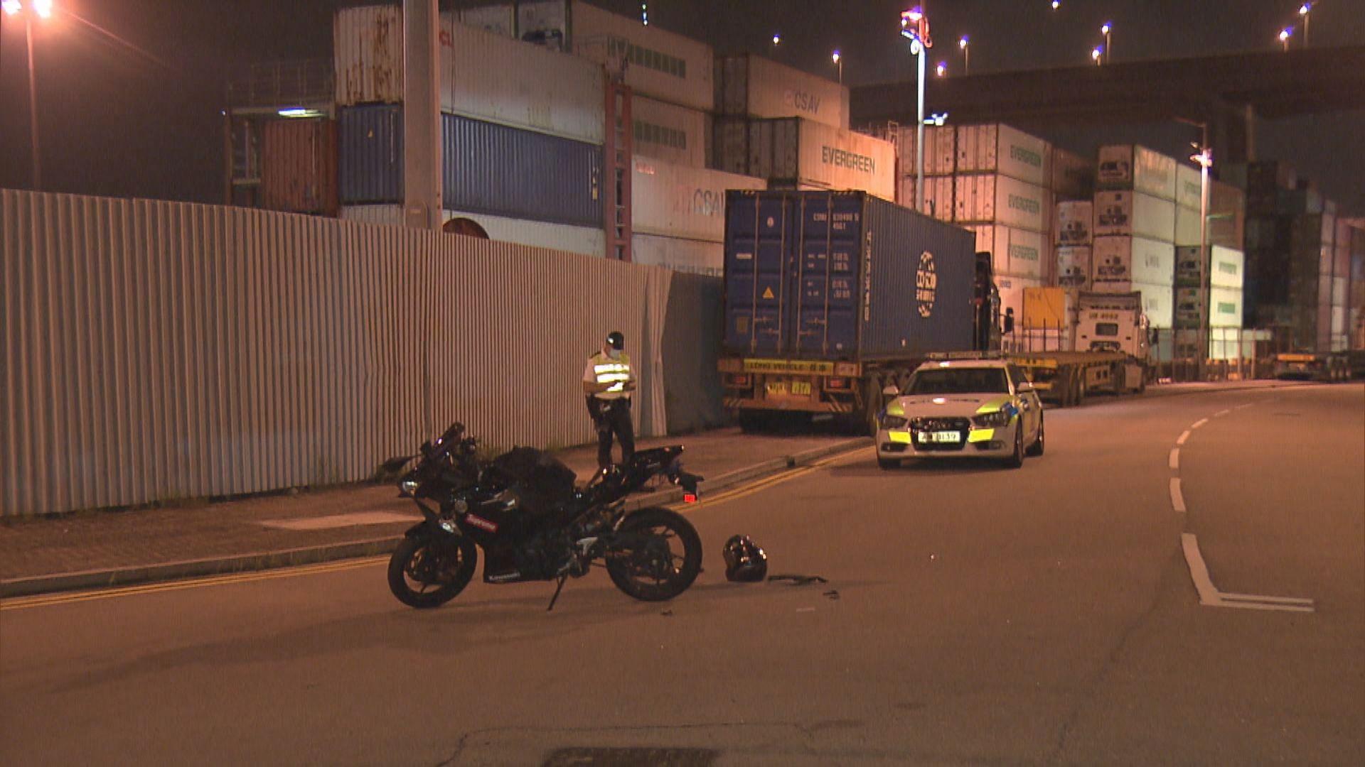 青沙公路電單車衝路障與警車相撞司機被捕