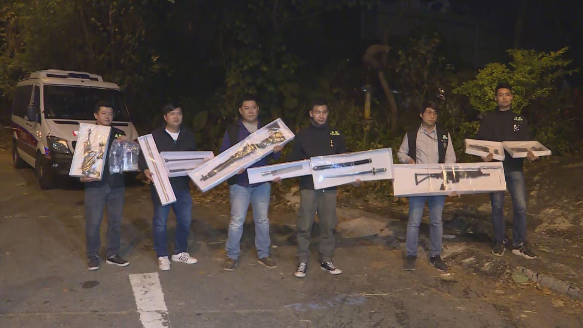 警方拘四男女起出失車及一批武器