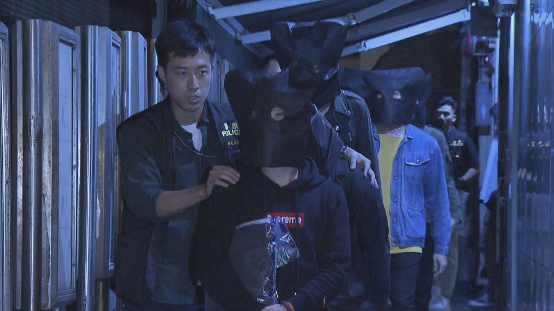 警方尖沙咀酒吧檢獲毒品武器拘十二人