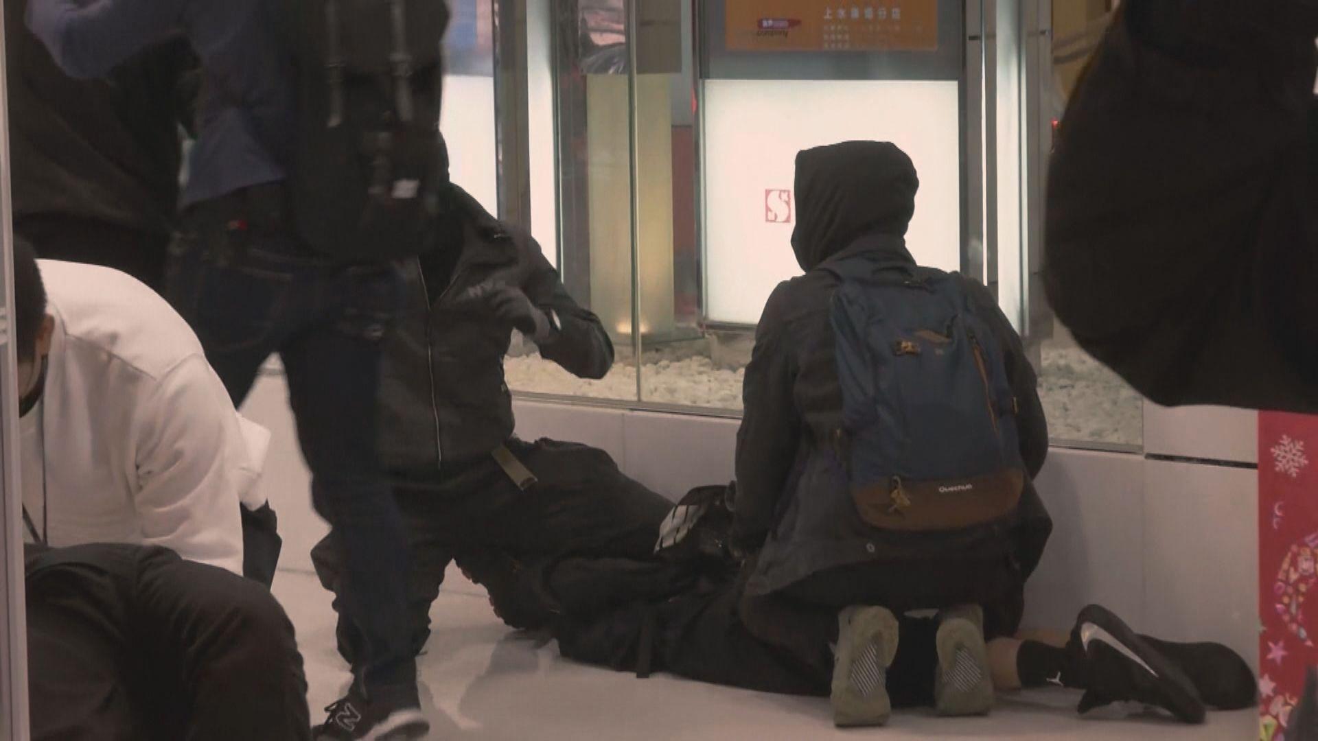 星期六上水廣場聚集 警拘20人涉非法集結