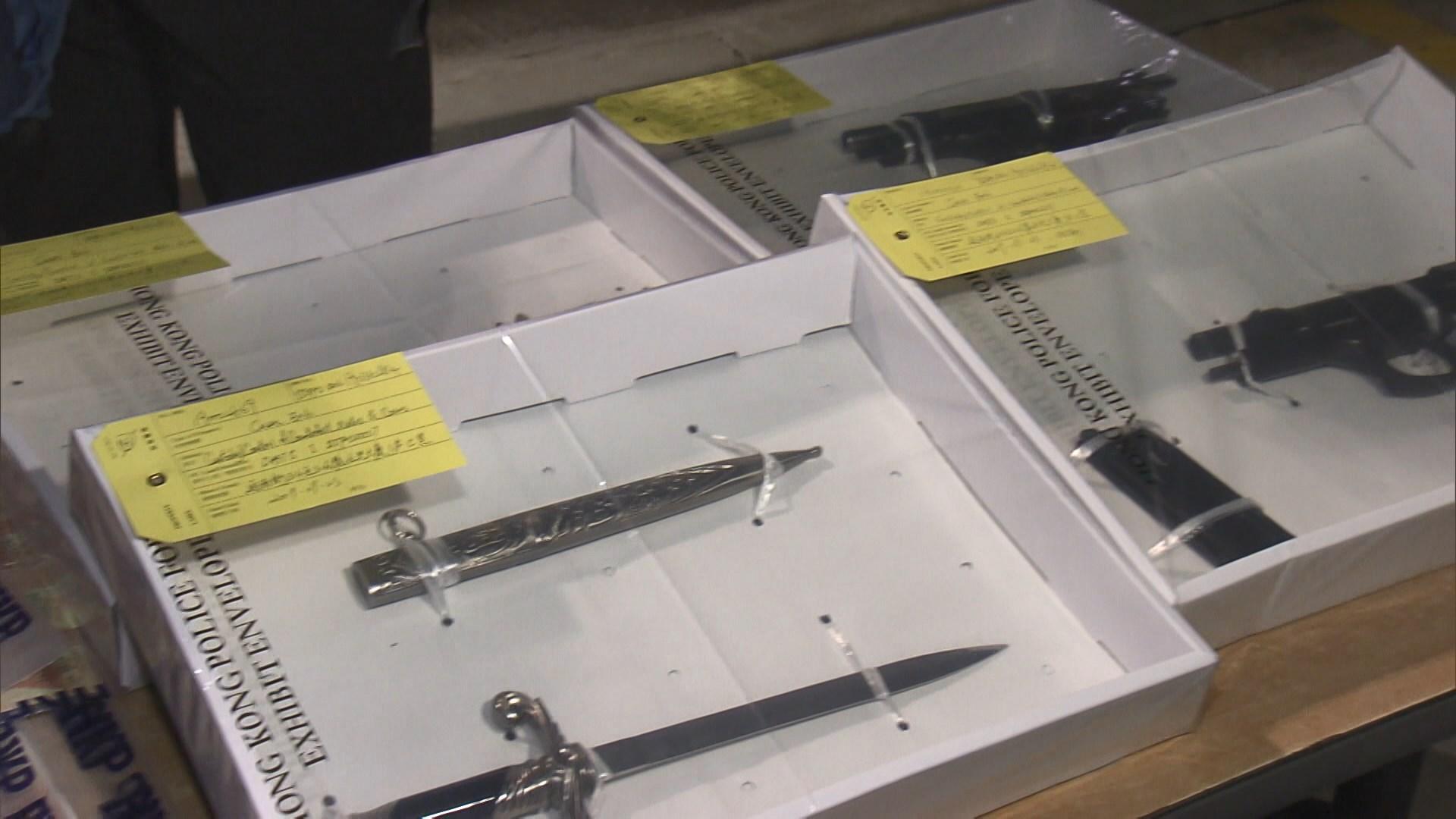 警拘四人檢萬元偽鈔、刀及仿真槍