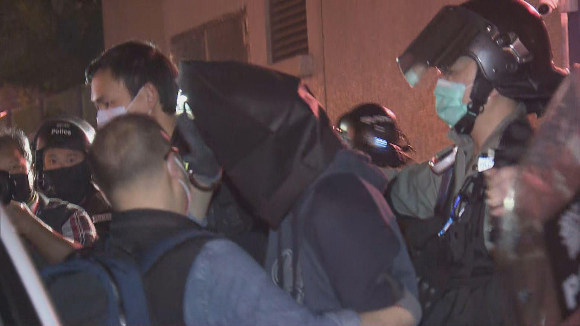 警方便衣及防暴警員於廣褔邨帶走至少一名男子