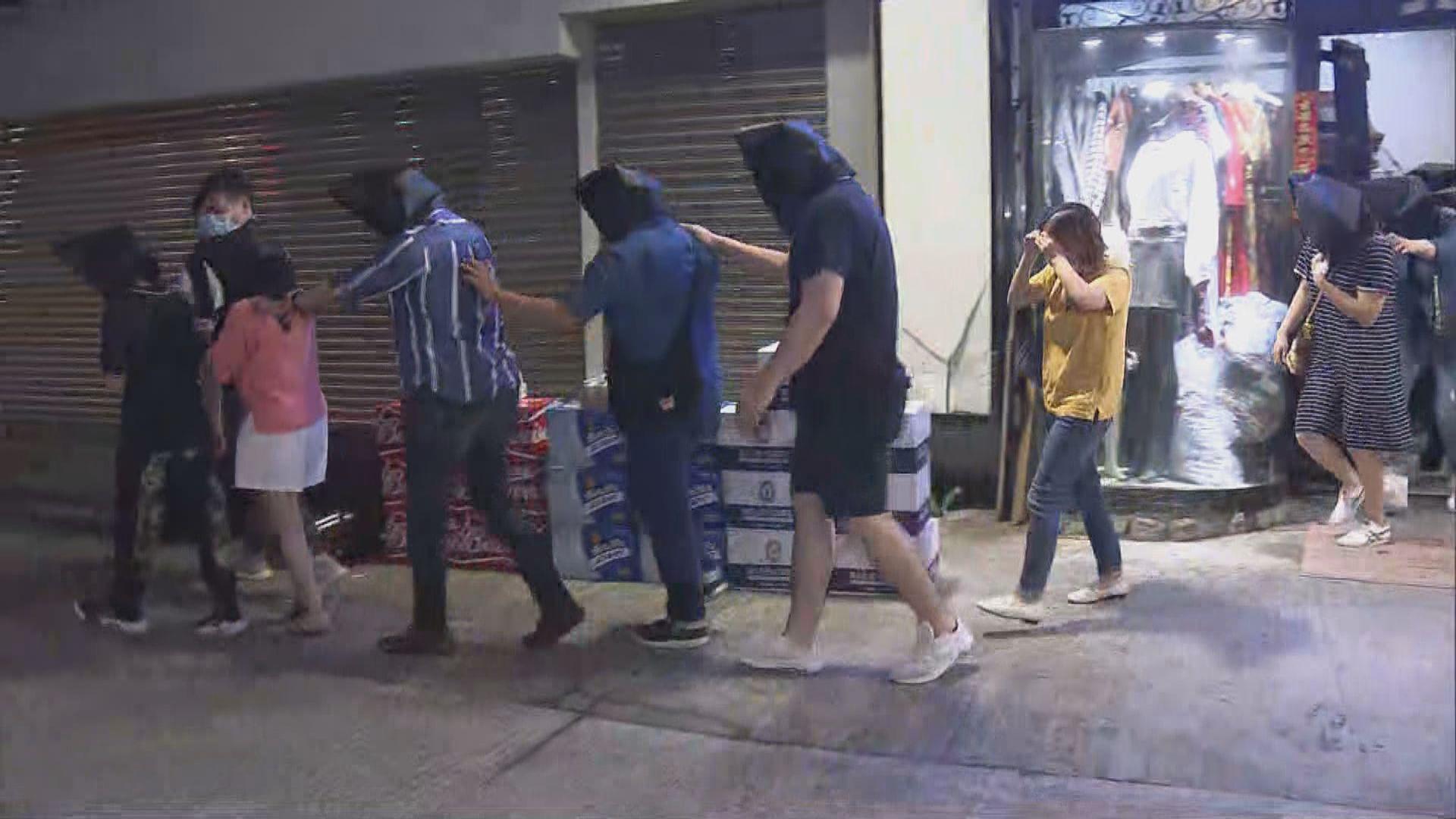 警方屯門工廈破無牌酒吧拘23男女