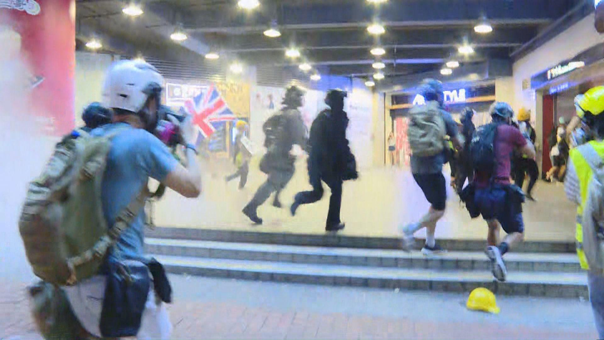 防暴警及速龍太古站外圍捕示威者