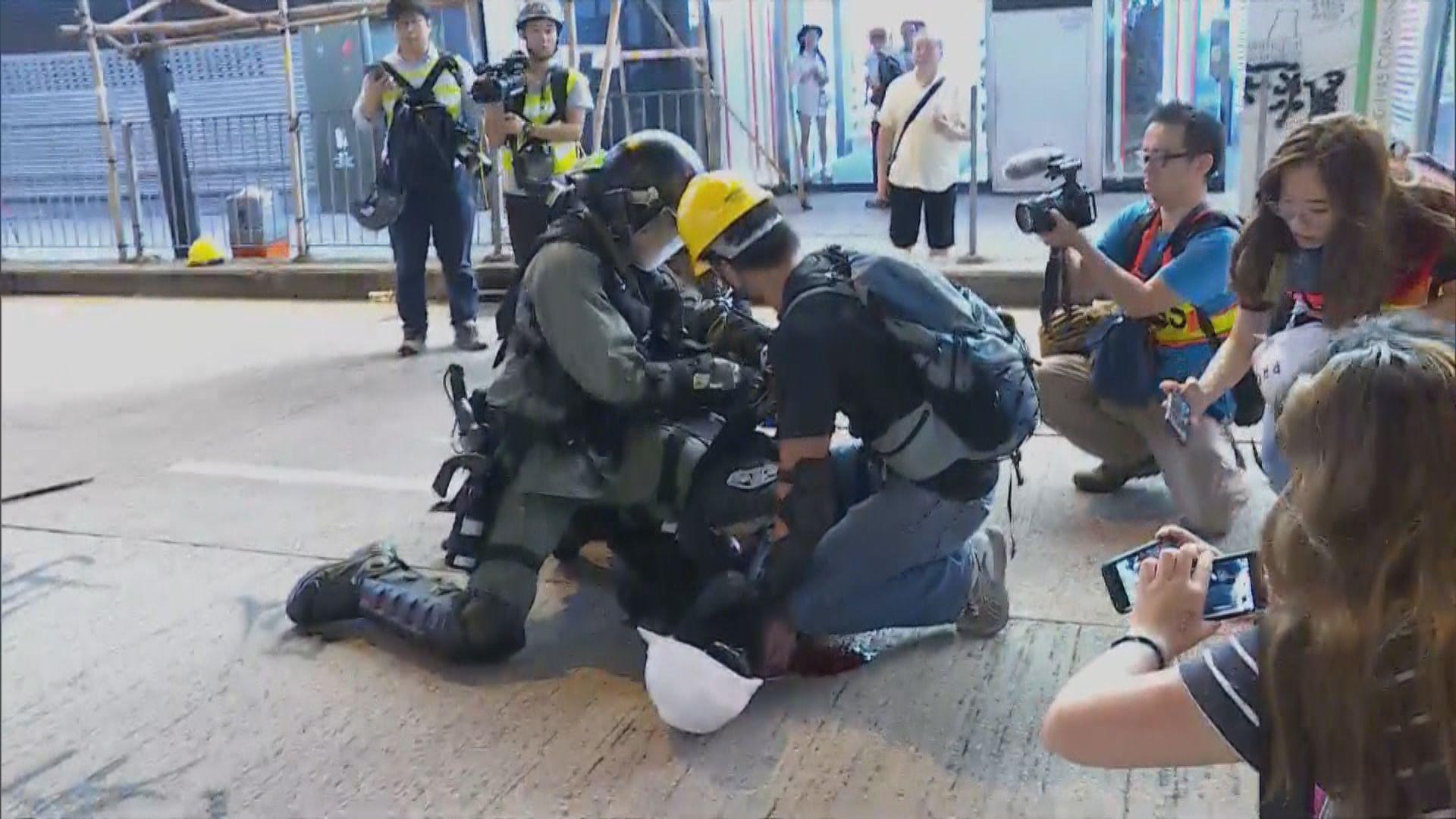 部分警員身穿黑衣戴頭盔裝扮與示威者相似