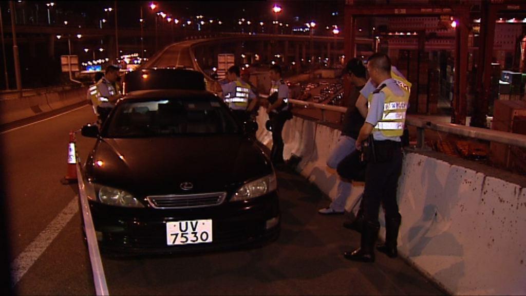 警方葵涌截可疑車拘兩人檢武器