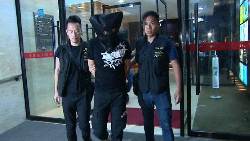 警方尖沙咀拘兩漢檢毒品及武器