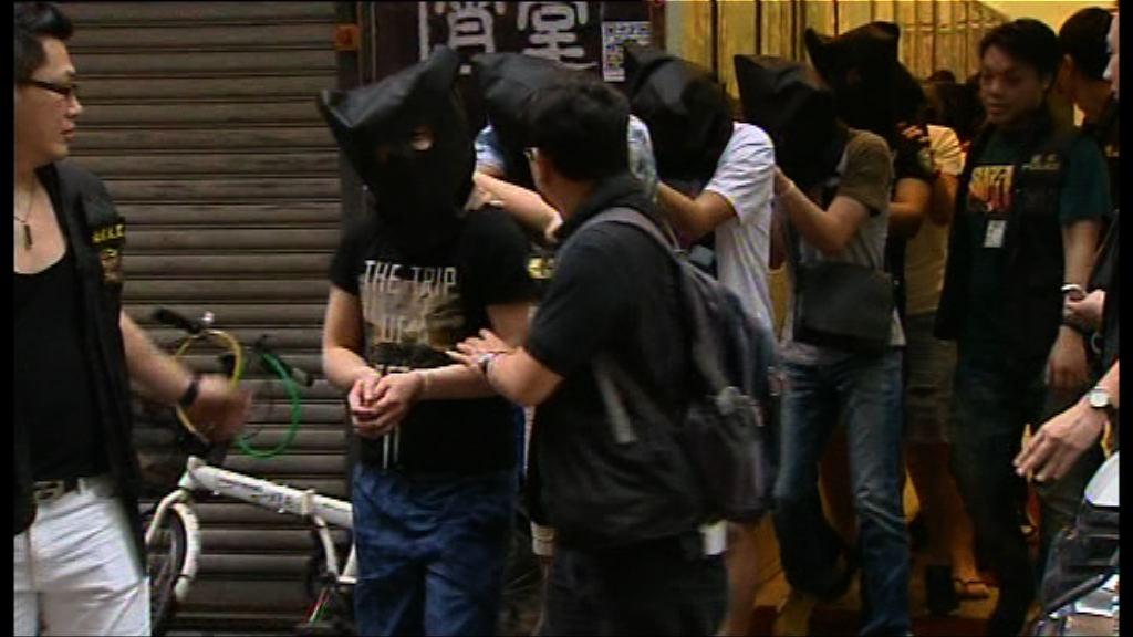警方尖沙咀破無牌酒吧檢少量毒品拘21人