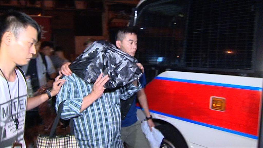 警方新界反三合會行動拘61男46女