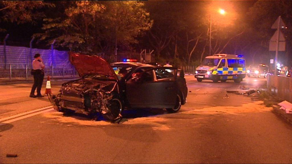 葵涌私家車避追截撞欄一人被捕