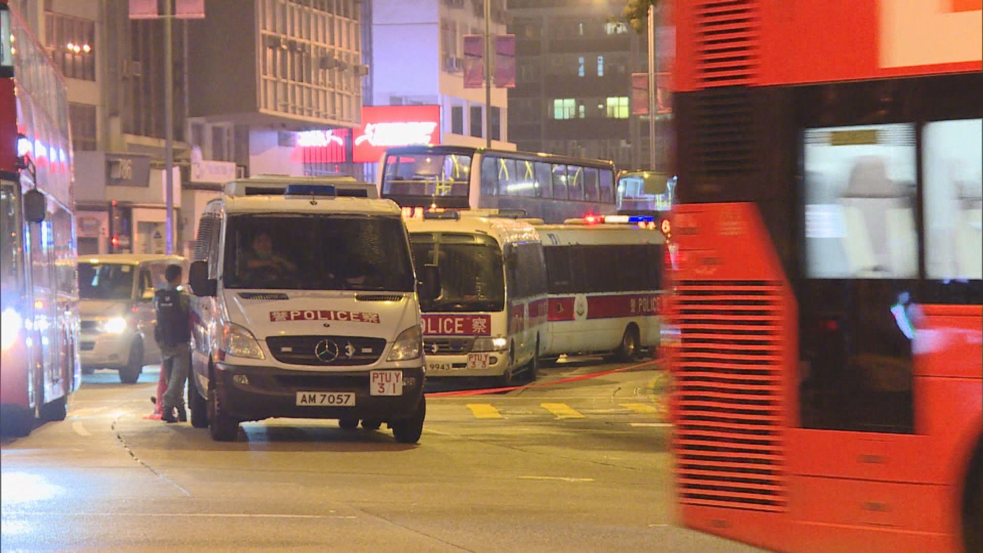 旺角警車遭投擲汽油彈 尾隨便衣當場拘捕一名青年