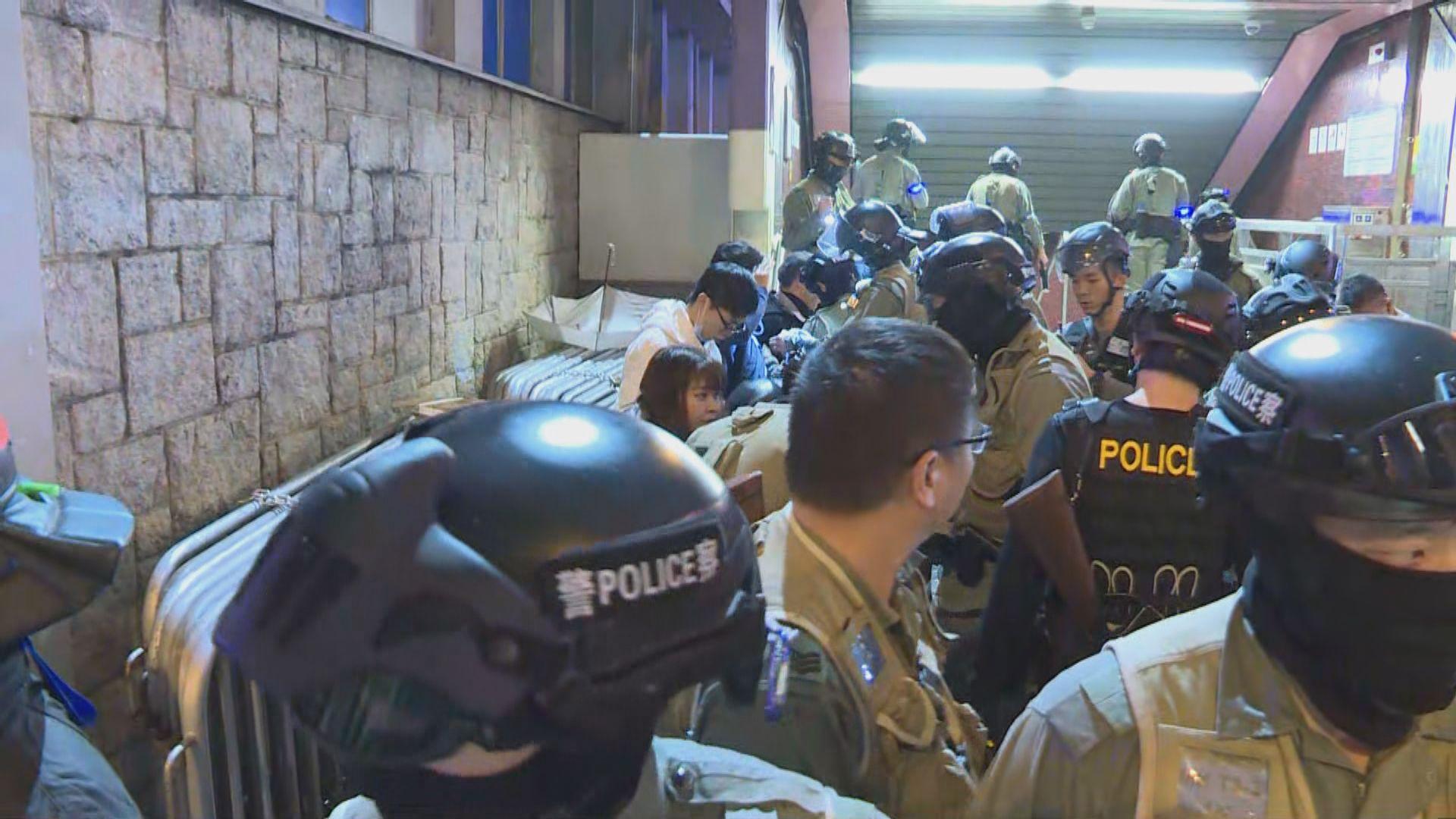 港鐵太子站晚上有人聚集 防暴警出動驅散