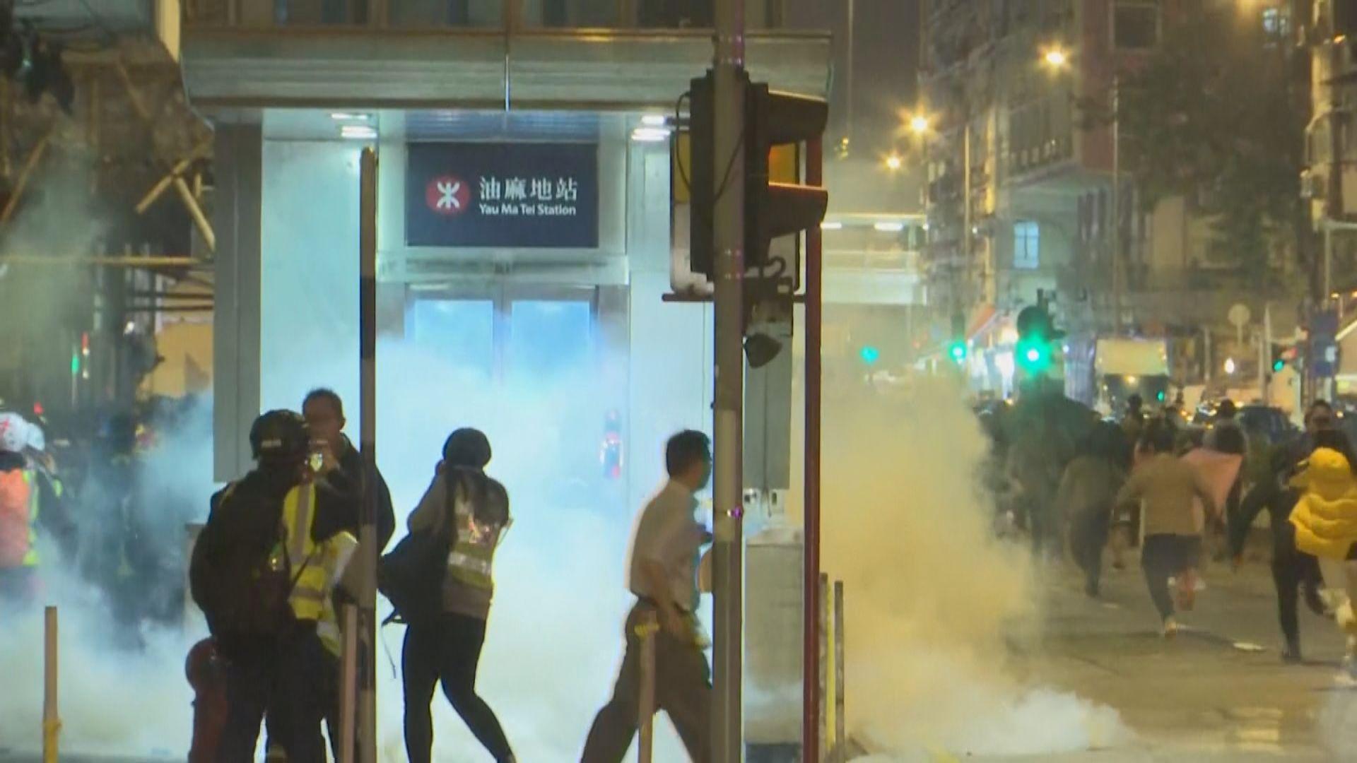 彌敦道有人放煙火縱火迎接新年 防暴警施放催淚彈