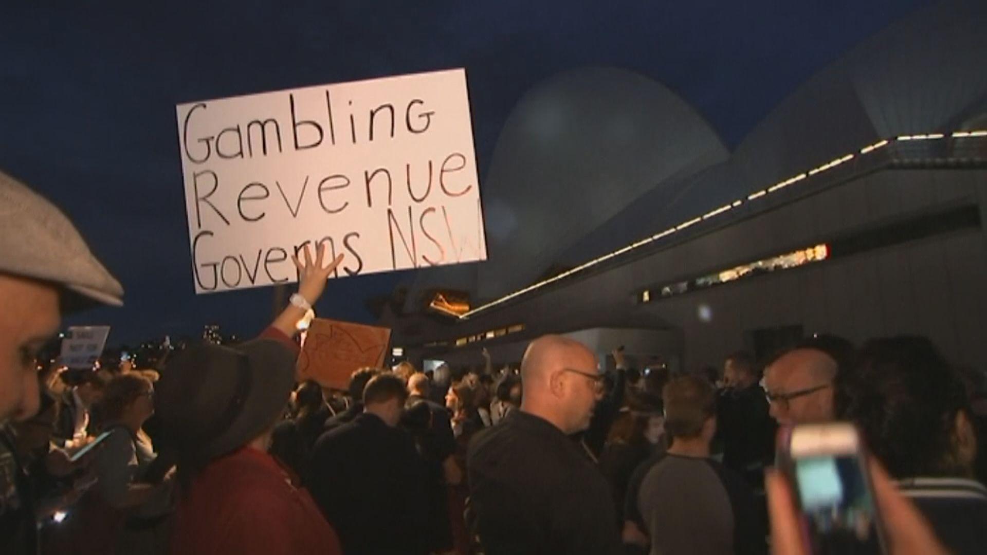 民眾示威抗議悉尼歌劇院投射賽馬廣告