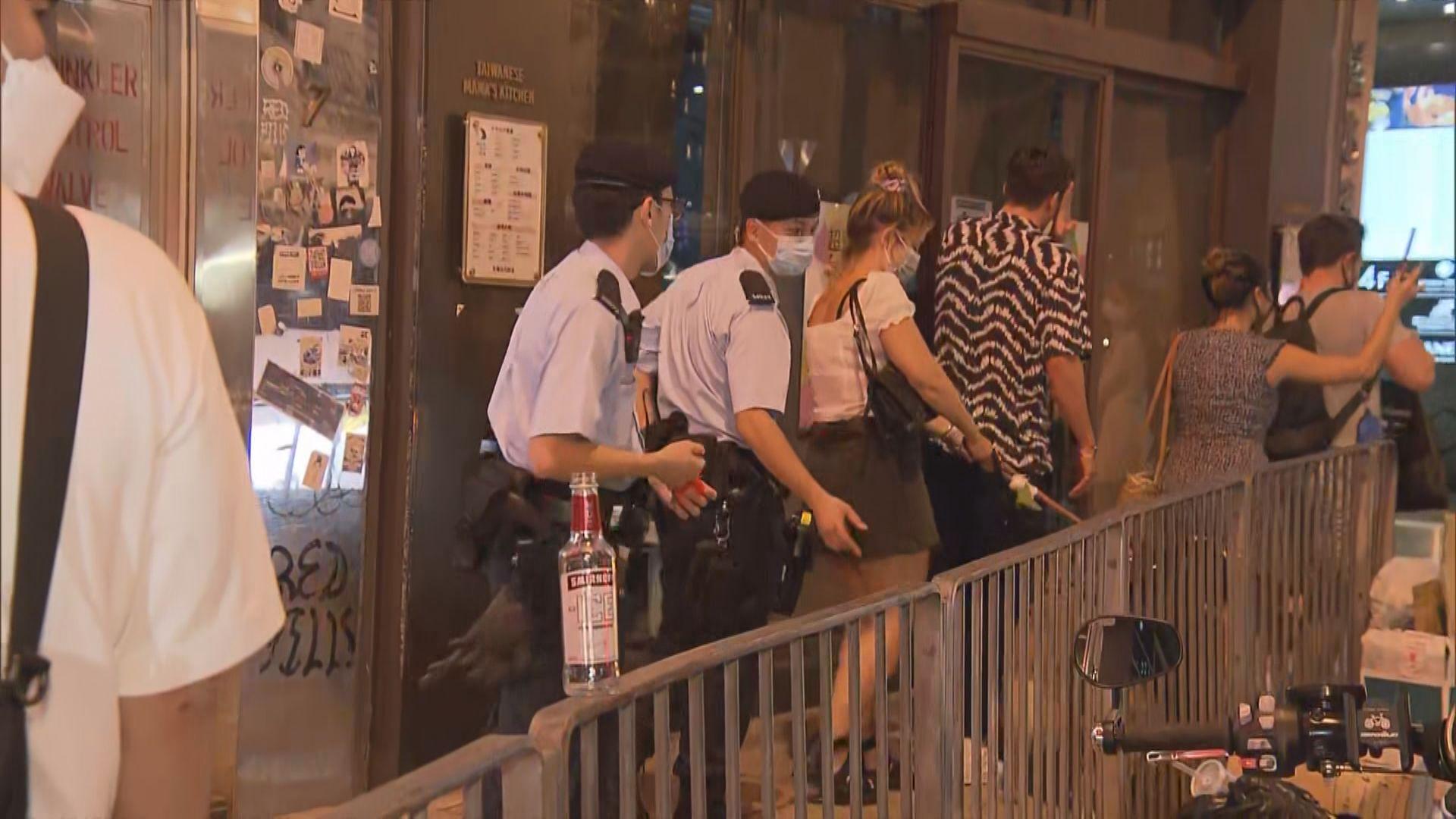 警方到蘭桂坊巡查酒吧有否違犯防疫規例