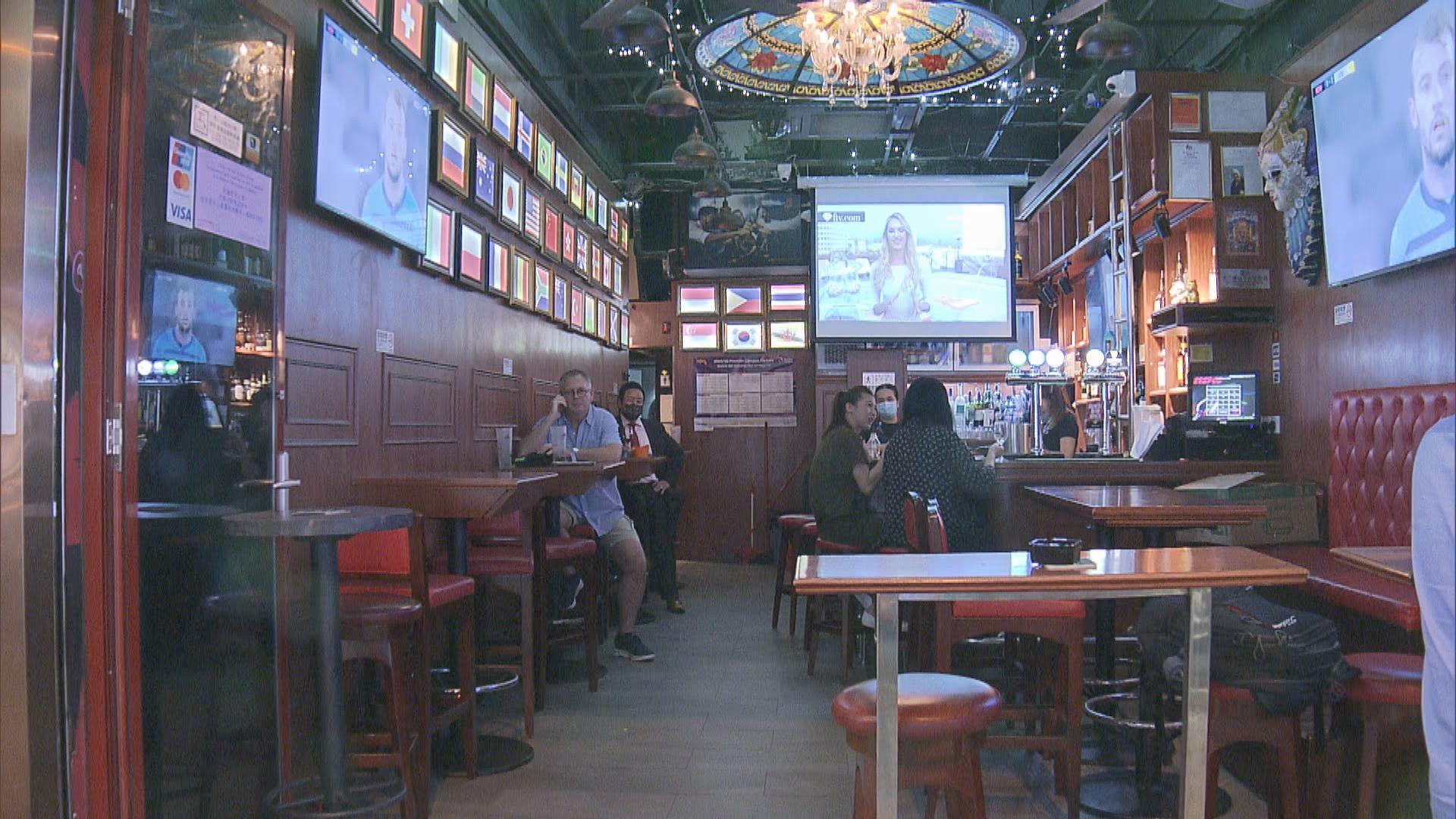 入夜後灣仔多間酒吧仍有人飲酒消遣