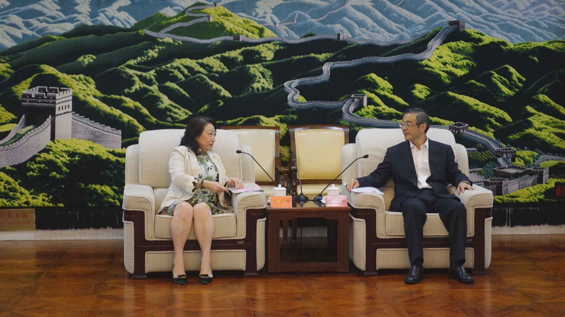 鄭若驊晤港澳辦副主任鄧中華 指國安法展中央對港信任