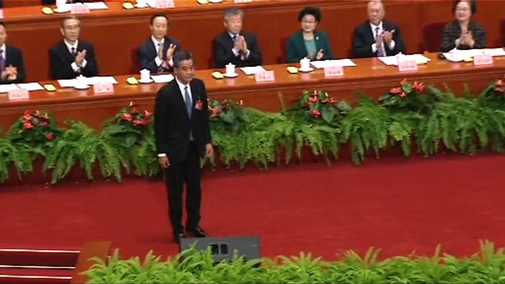 梁振英當選政協副主席 與習近平握手交談