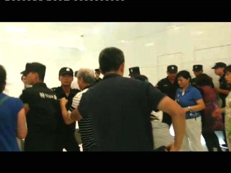 家屬闖北京馬航辦事處 與公安衝突