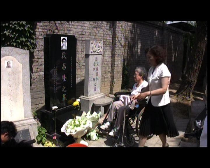 六四25周年張先玲到萬安公墓祭亡兒