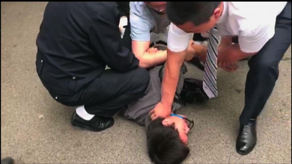本台駐京記者遭警察強行鎖上手扣阻撓採訪