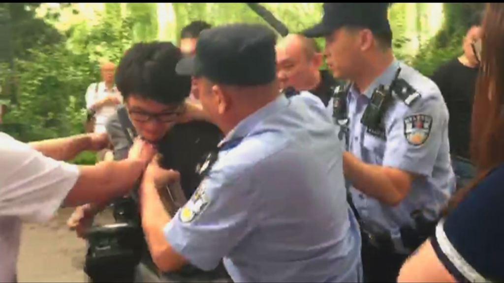 本台對駐京攝影師遭無理拘捕表憤怒促放人