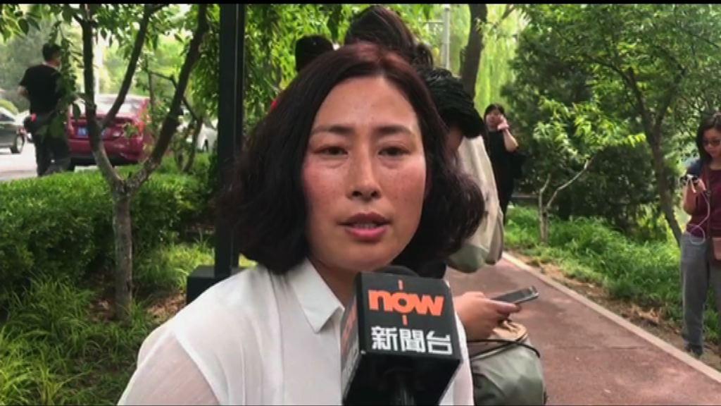 謝燕益妻:丈夫協助記者取回證件時同被帶走