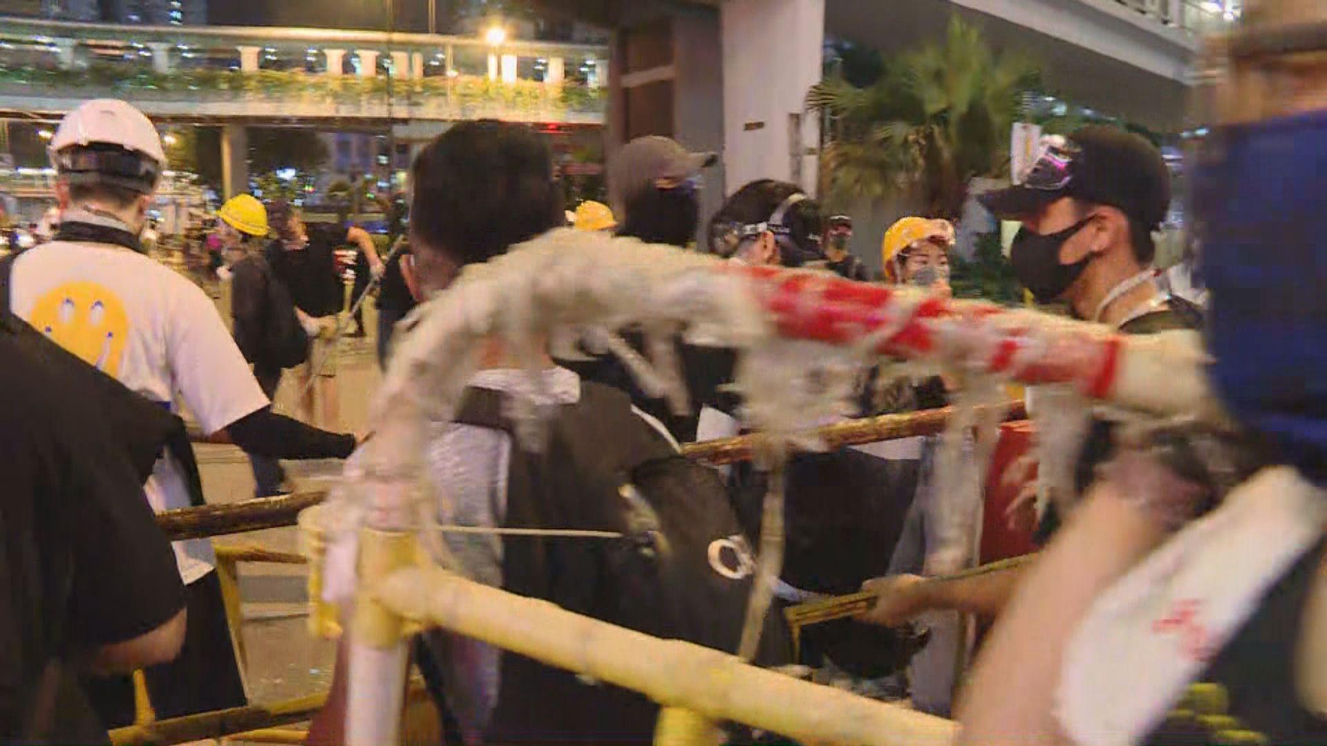 示威者於荃灣九龍灣九龍塘堵塞馬路
