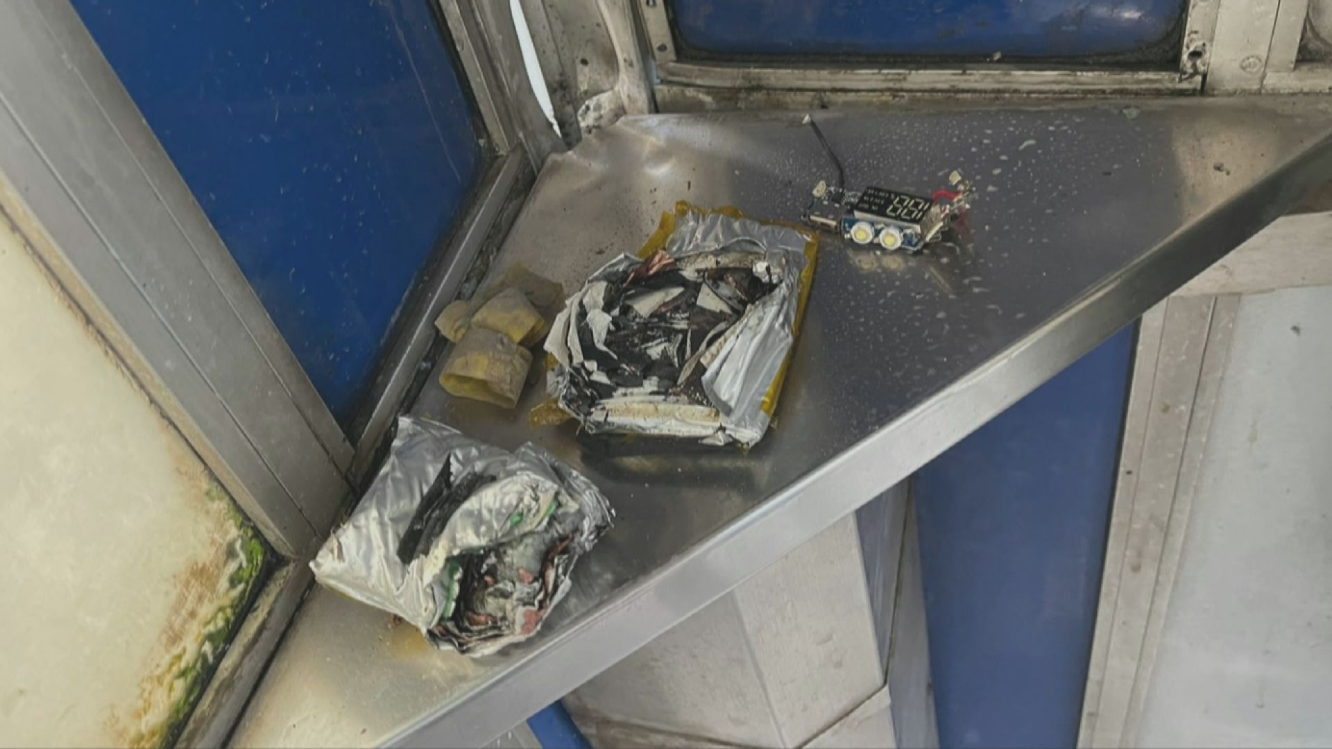 葵涌公眾電話亭發現懷疑爆炸品 警方到場安全引爆
