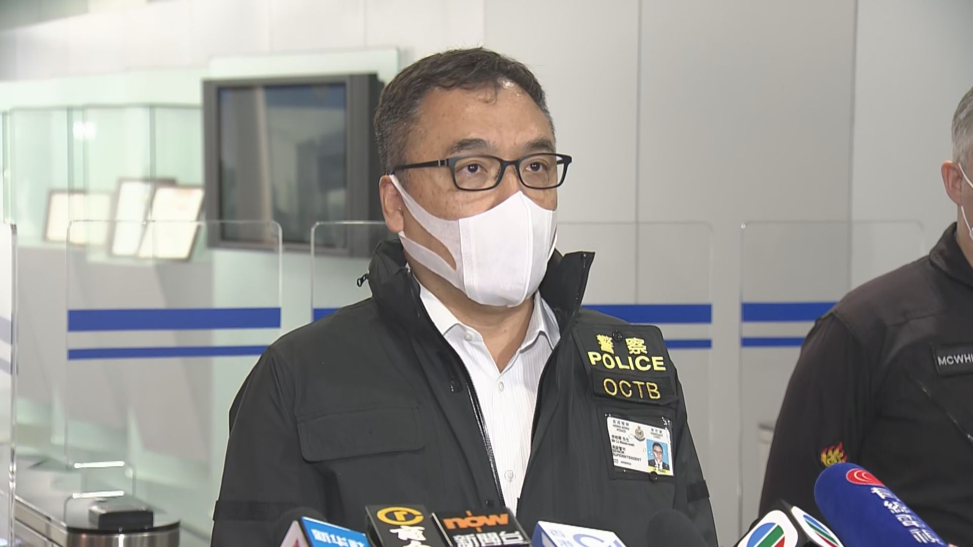 警方凌晨拘17人 起出三個爆炸裝置及2.6噸化學品