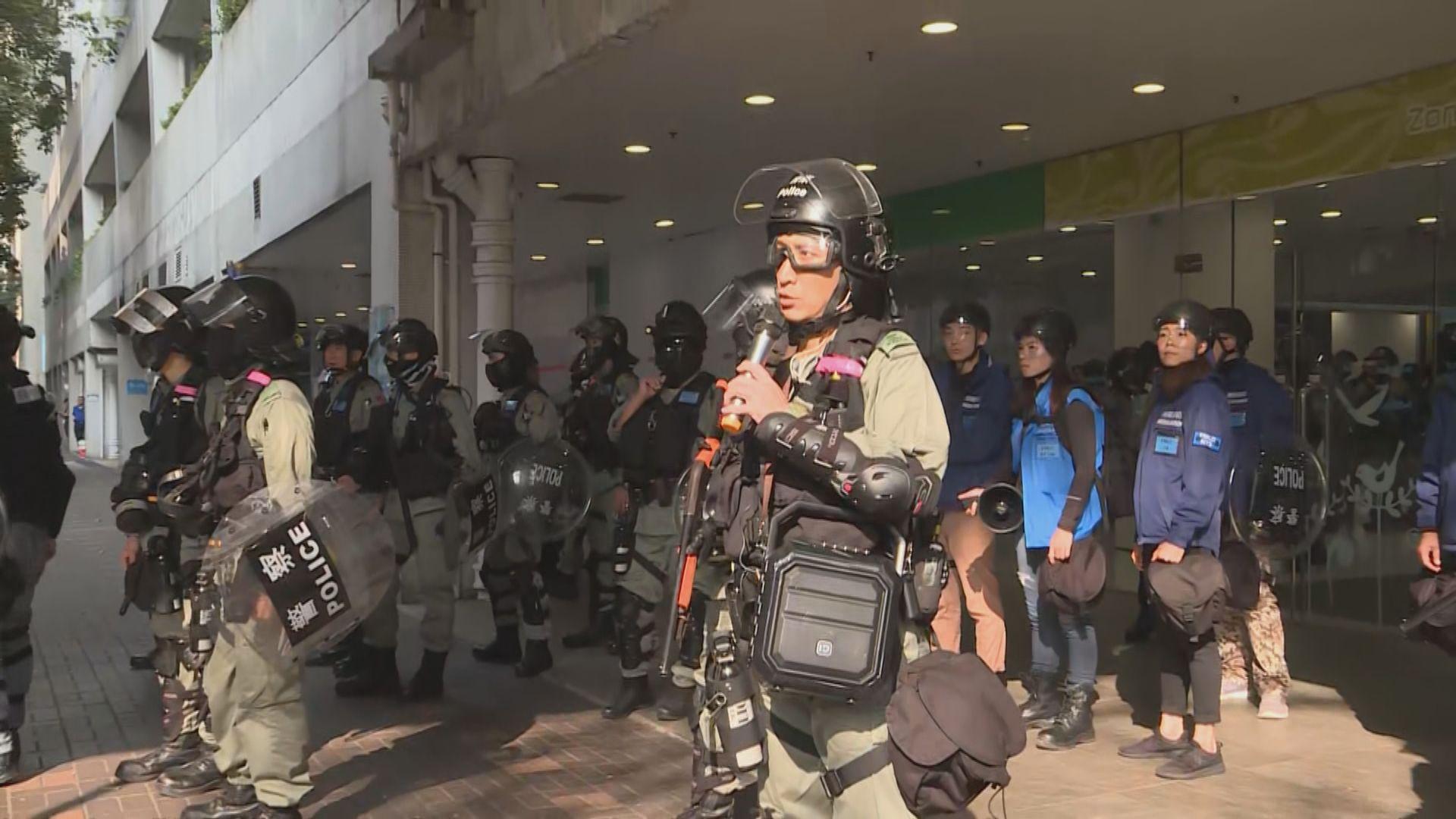 防暴警察進入大埔超級城驅散並制服多人