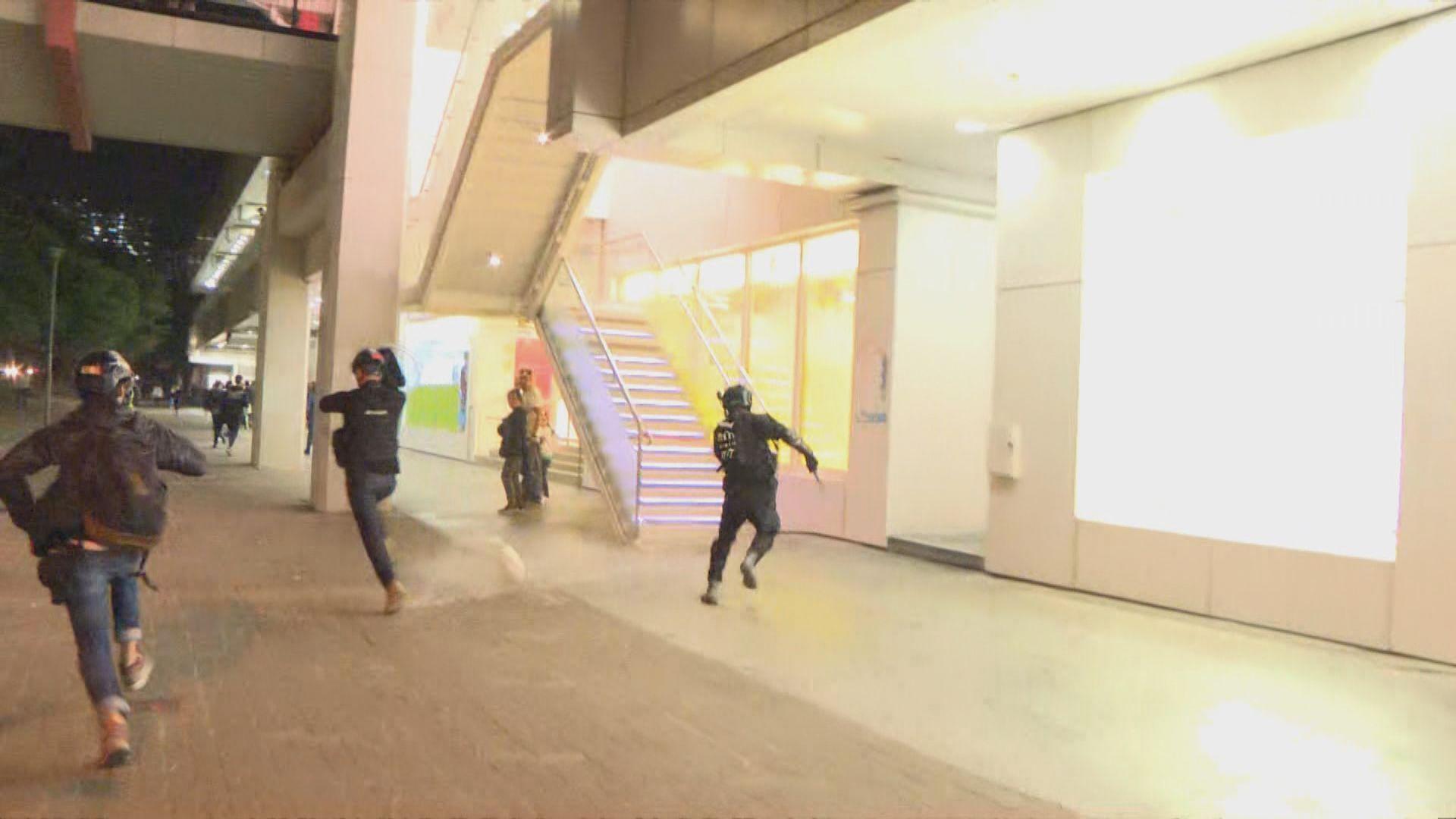 大埔晚上繼續有人聚集 警方多次進行驅散