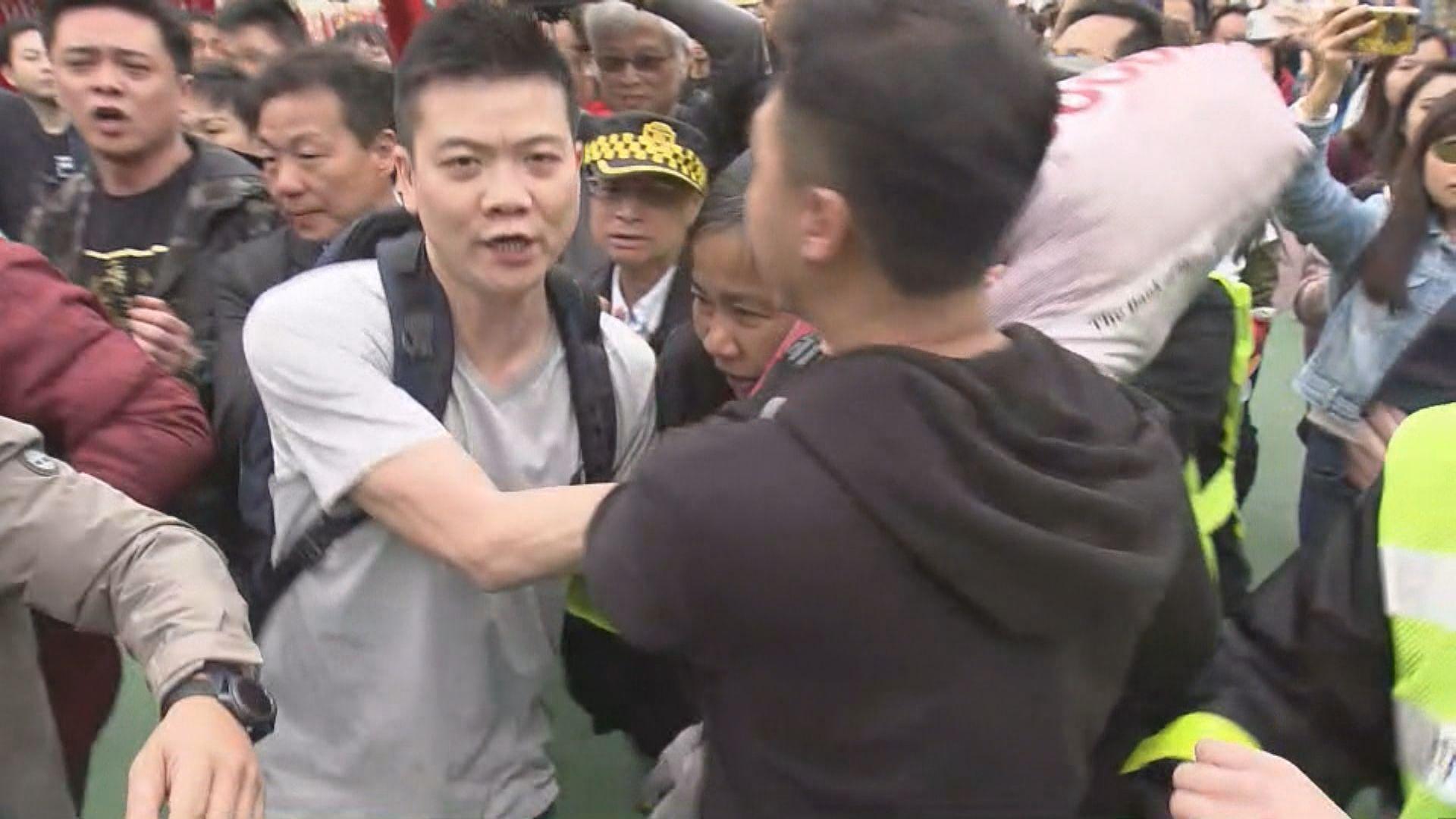 陳茂波到維園行年宵遇示威