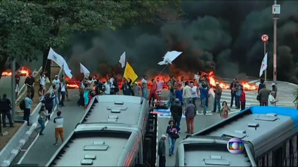 巴西多地示威支持羅塞夫
