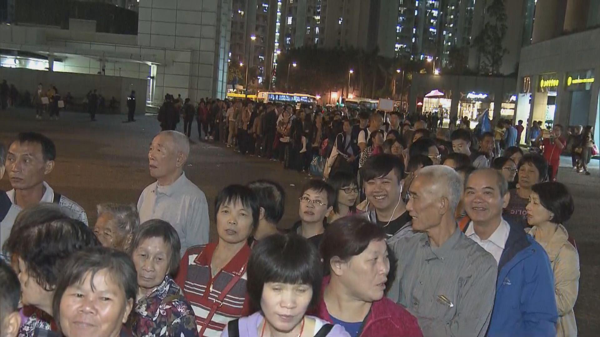 東涌巴士站大排長龍內地旅客等車往大橋口岸