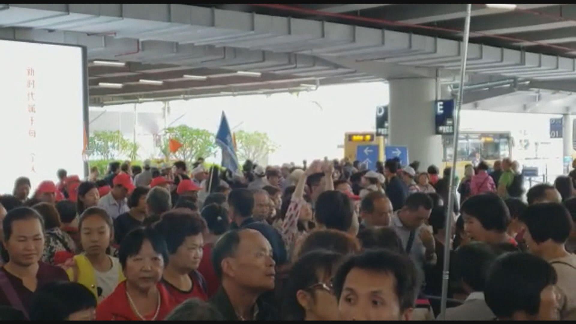 珠海口岸往香港金巴站下午仍大排長龍