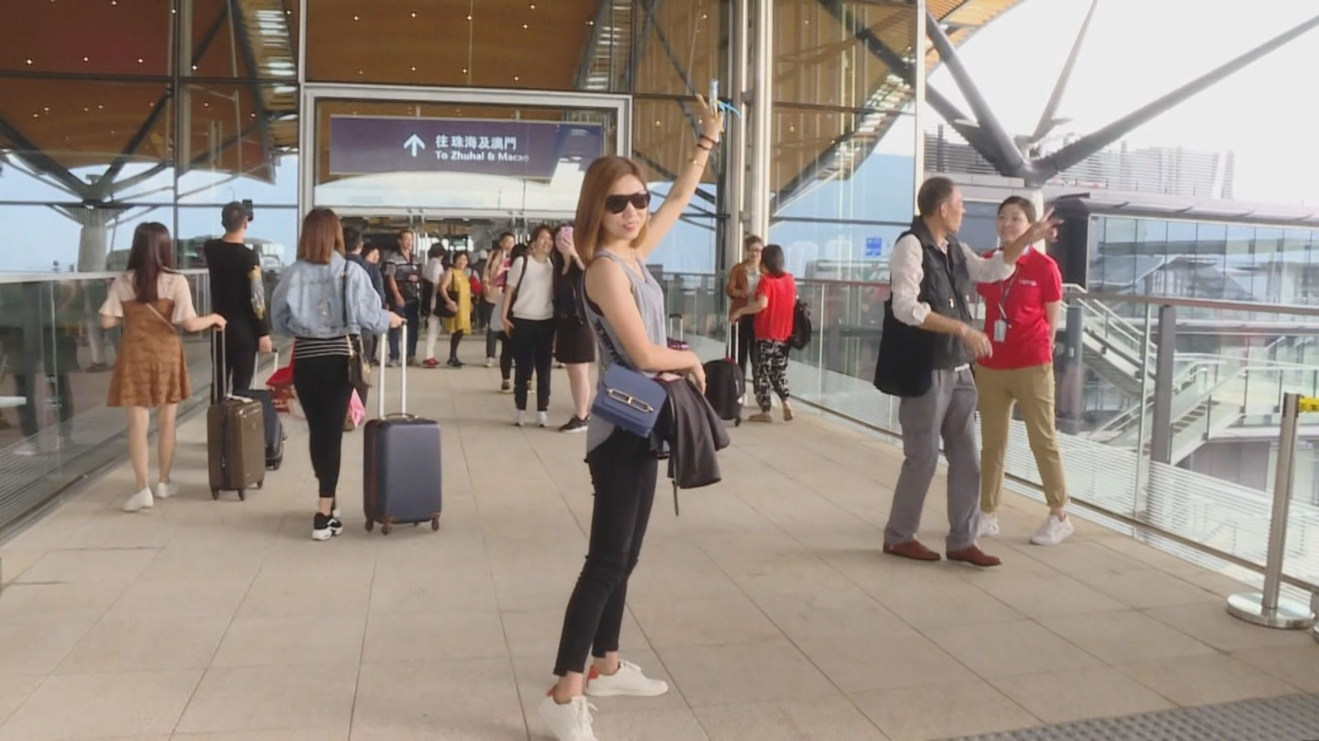 港珠澳大橋通車首周末 有不少旅客選用來港