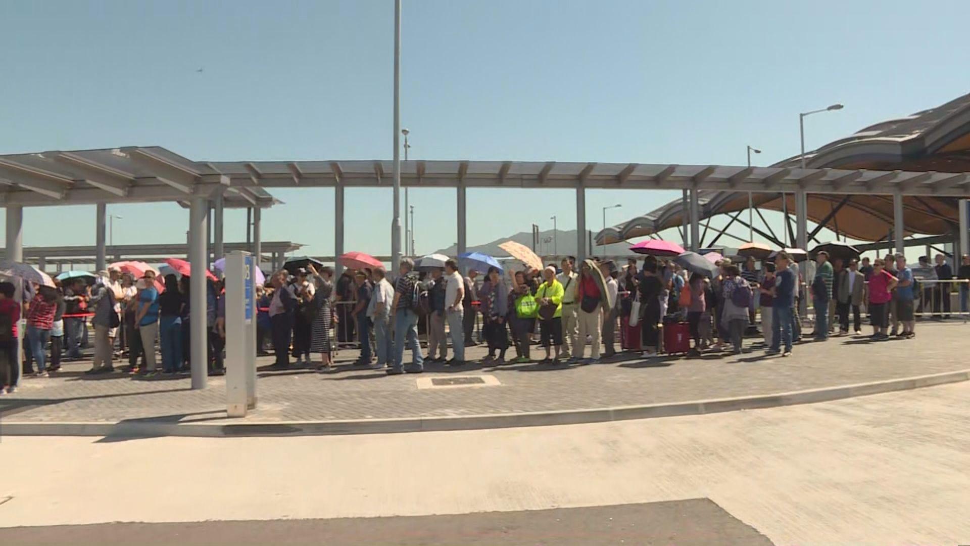 政府關注港珠澳大橋穿梭巴士大排長龍