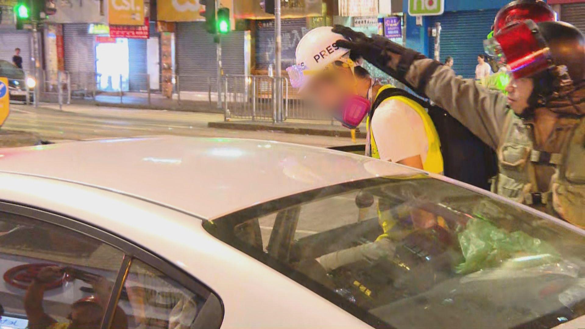 浸大廣播新聞網一名學生記者被警方帶走