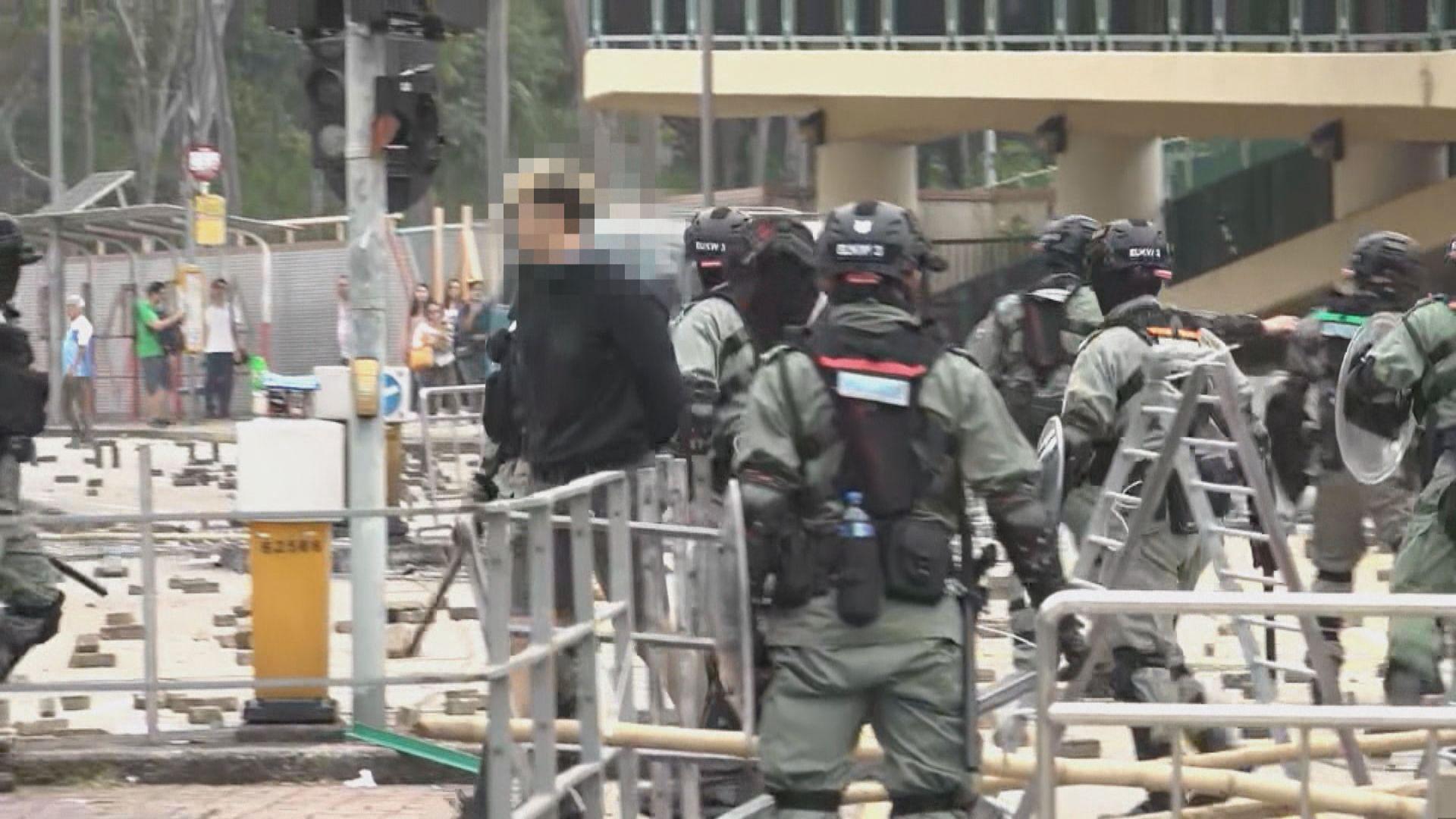 示威者浸大堵路 防暴警突出現拘至少兩人