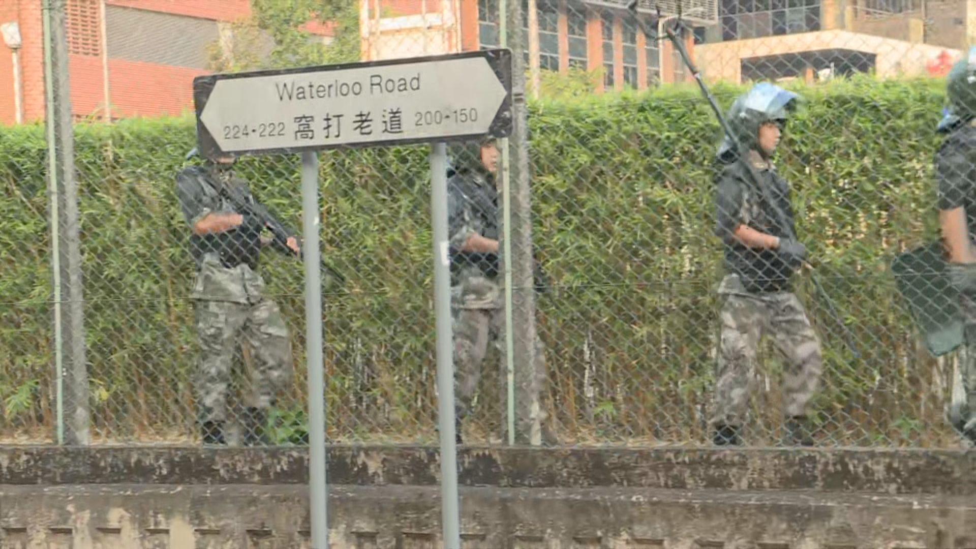 示威者浸大外堵路 解放軍軍營內持槍巡邏