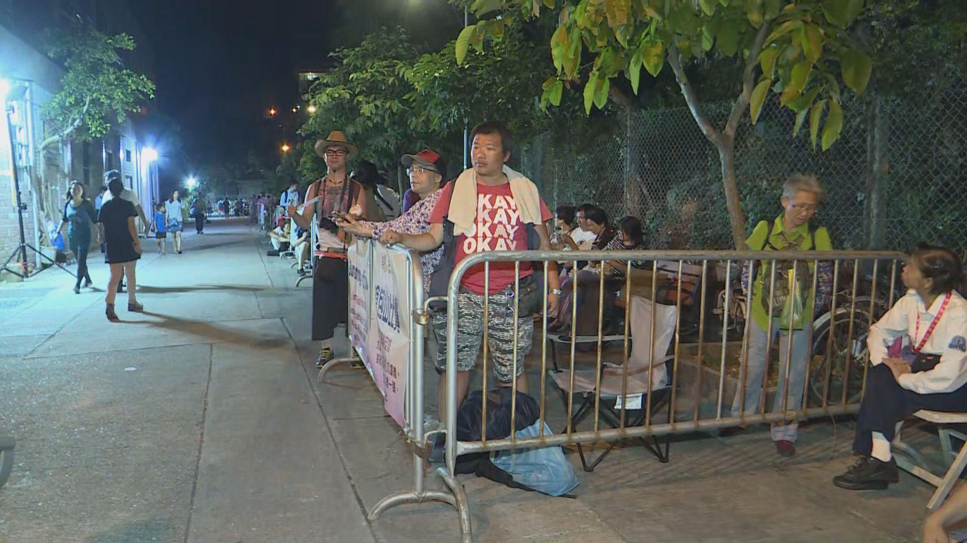 市民排隊觀看搶包山比賽