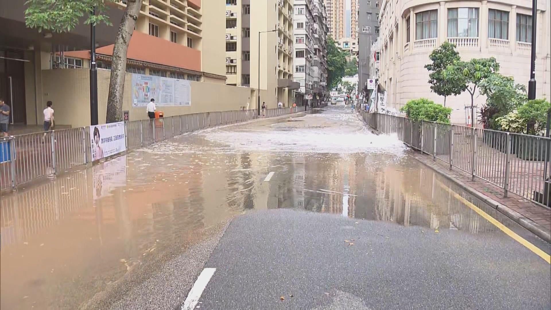 銅鑼灣禮頓道爆鹹水管交通受阻