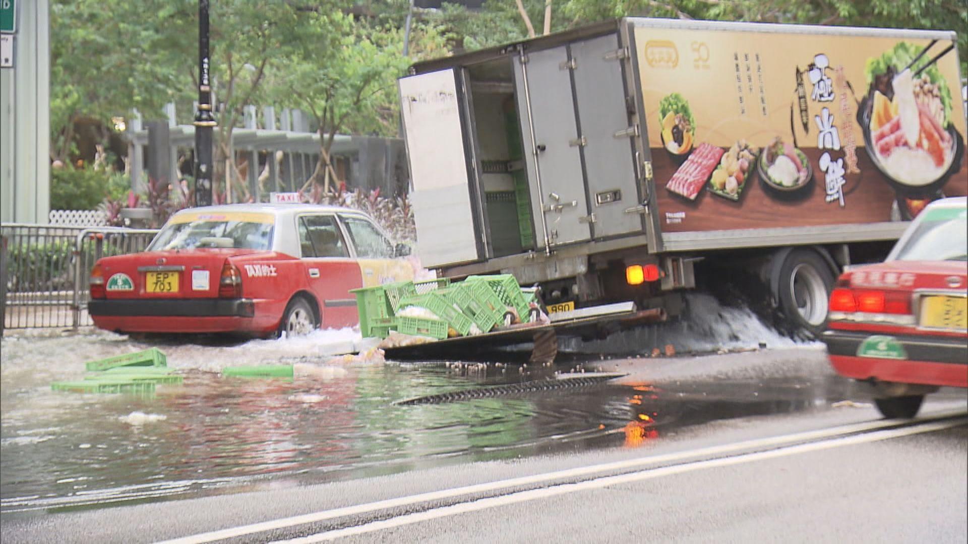 灣仔港灣道爆水管路陷貨車被困