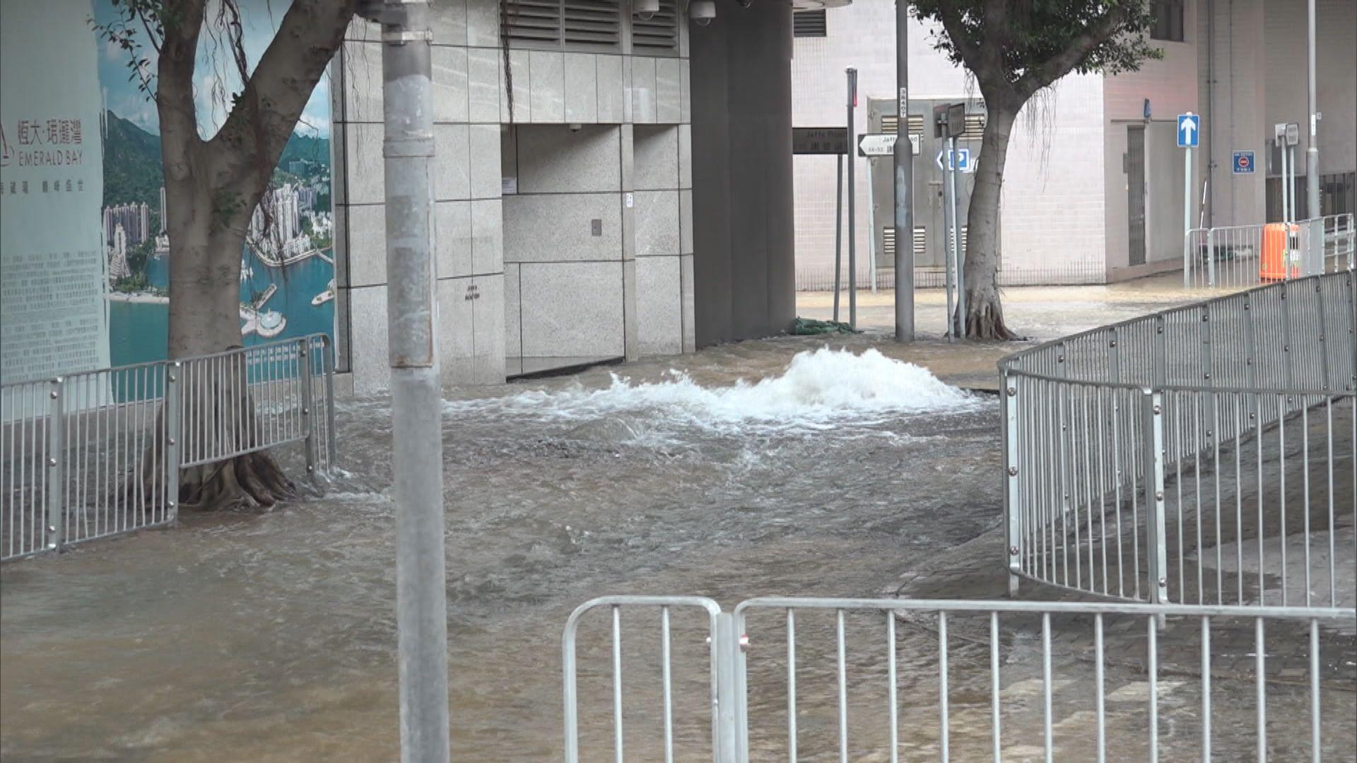 灣仔爆食水管影響多幢商住樓宇