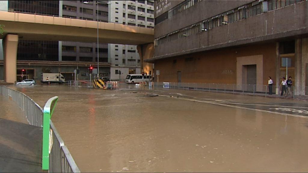 香港仔南朗山道爆水管封路