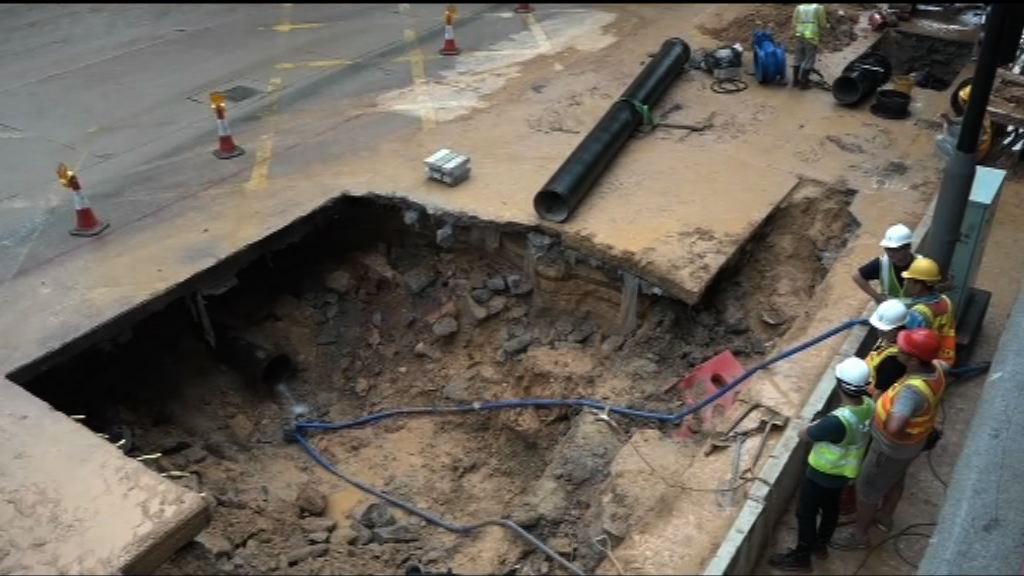 荃灣青山公路爆水管 部分行車線仍封閉