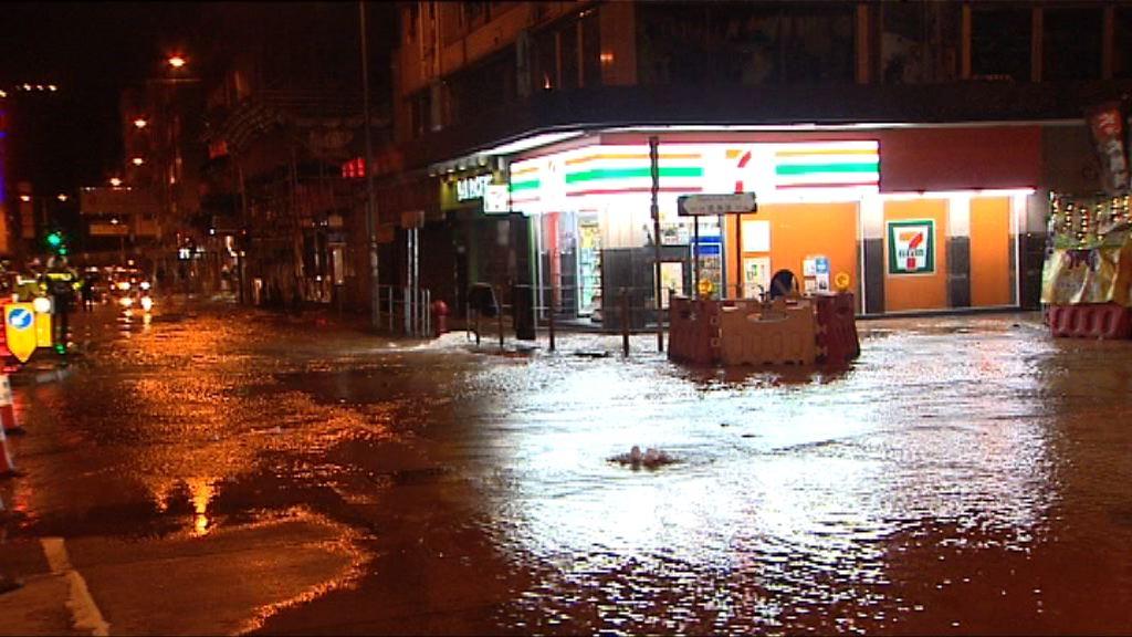 九龍城地底食水管爆裂交通受阻
