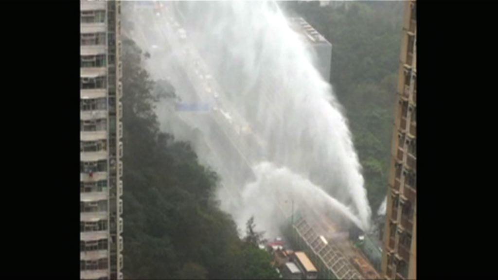 將軍澳道爆水管兩工人被水柱擊傷